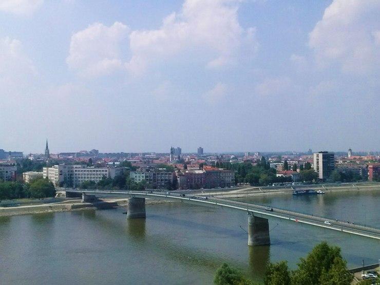Pogled sa Petrovaradinske tvrđave na Novi Sad i Varadinski most