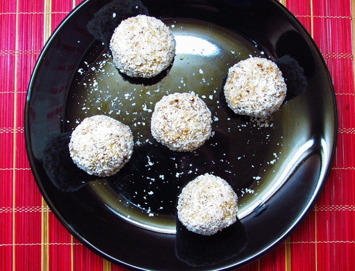 raw vegan coconut balls, truffles